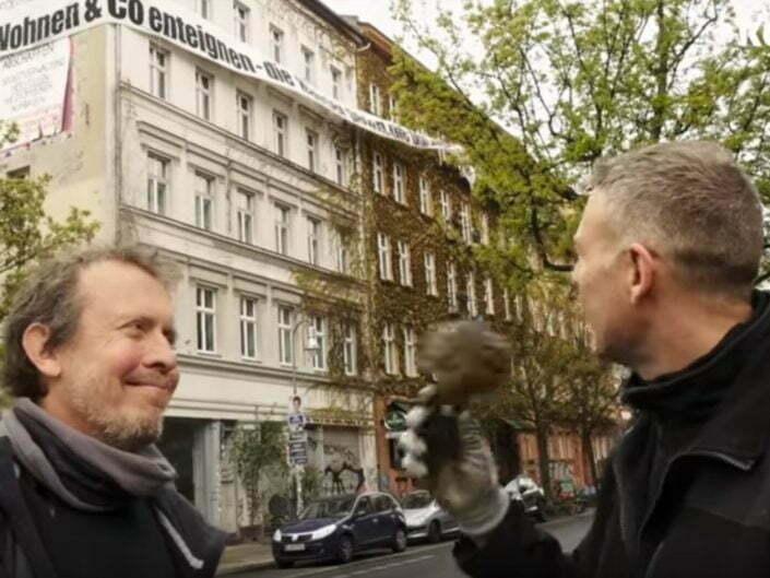 Banneraktion in Kreuzberg - Deutsche Wohnen enteignen